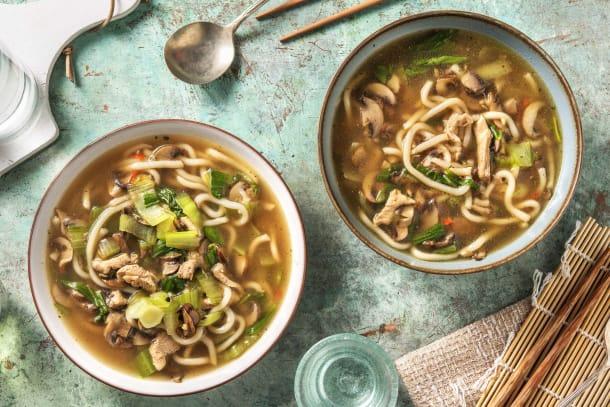 Soupe de nouilles japonaises et filet de poulet