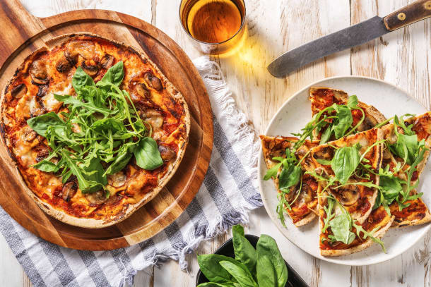 Pizza funghi sur pain plat à la mozzarella di bufala
