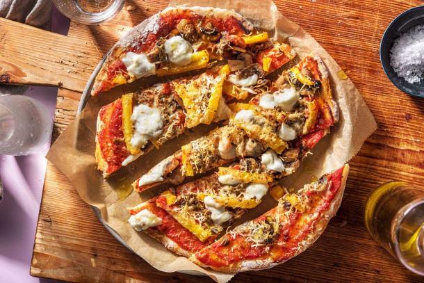 Pizza sur pain plat à l'italienne avec de la mozzarella de bufflonne