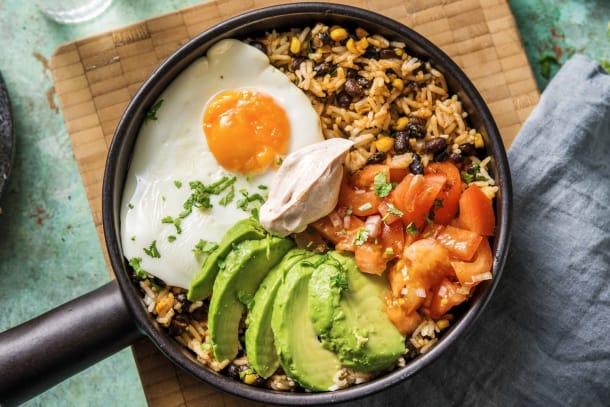 Bowl express mexicain avec de l'avocat et un œuf au plat
