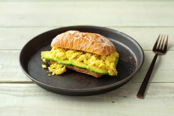 Petit pain au levain et œufs brouillés