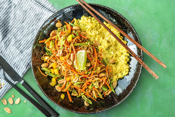 Nouilles à l'asiatique, œufs brouillés et cacahuètes