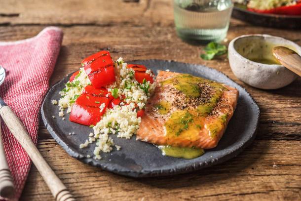 BBQ Rezepte - Zartes Lachsfilet mit fluffigem Spitzpaprika-Couscous-Salat