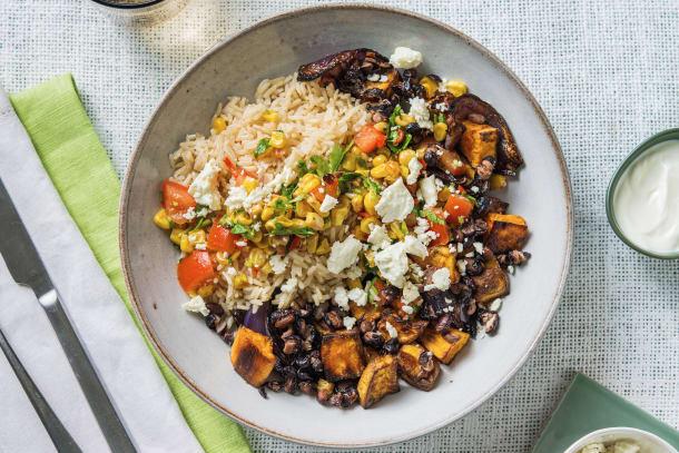 Peruviaanse rijstschotel met zoete aardappel en feta