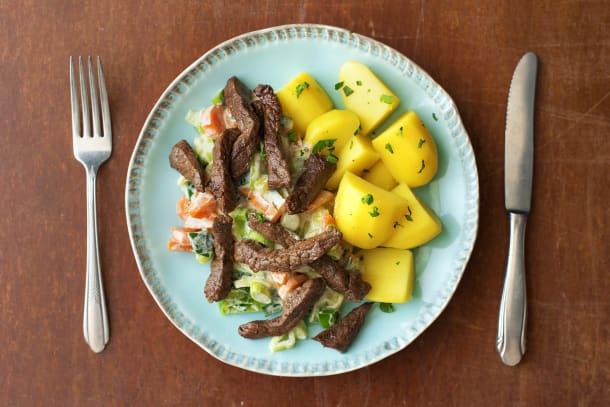 Rindsgeschnetzeltes und Salzkartoffeln