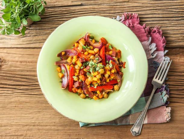 Stoofpotje met salami en bataat, kikkererwten en rode ui