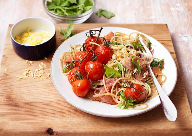 Spaghetti met serranoham en romatrostomaatjes uit de oven