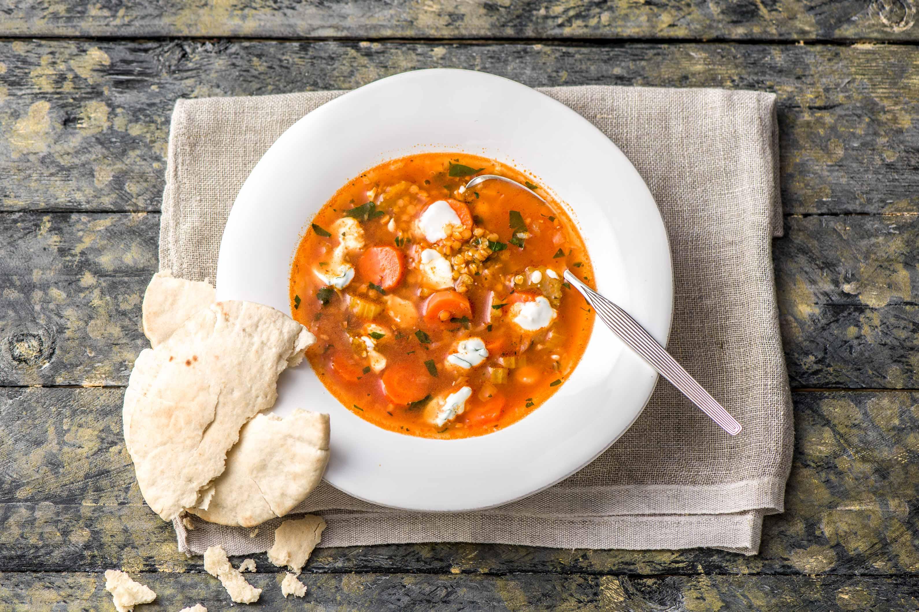 Türkische rote Linsen-Suppe mit Minz-Joghurt