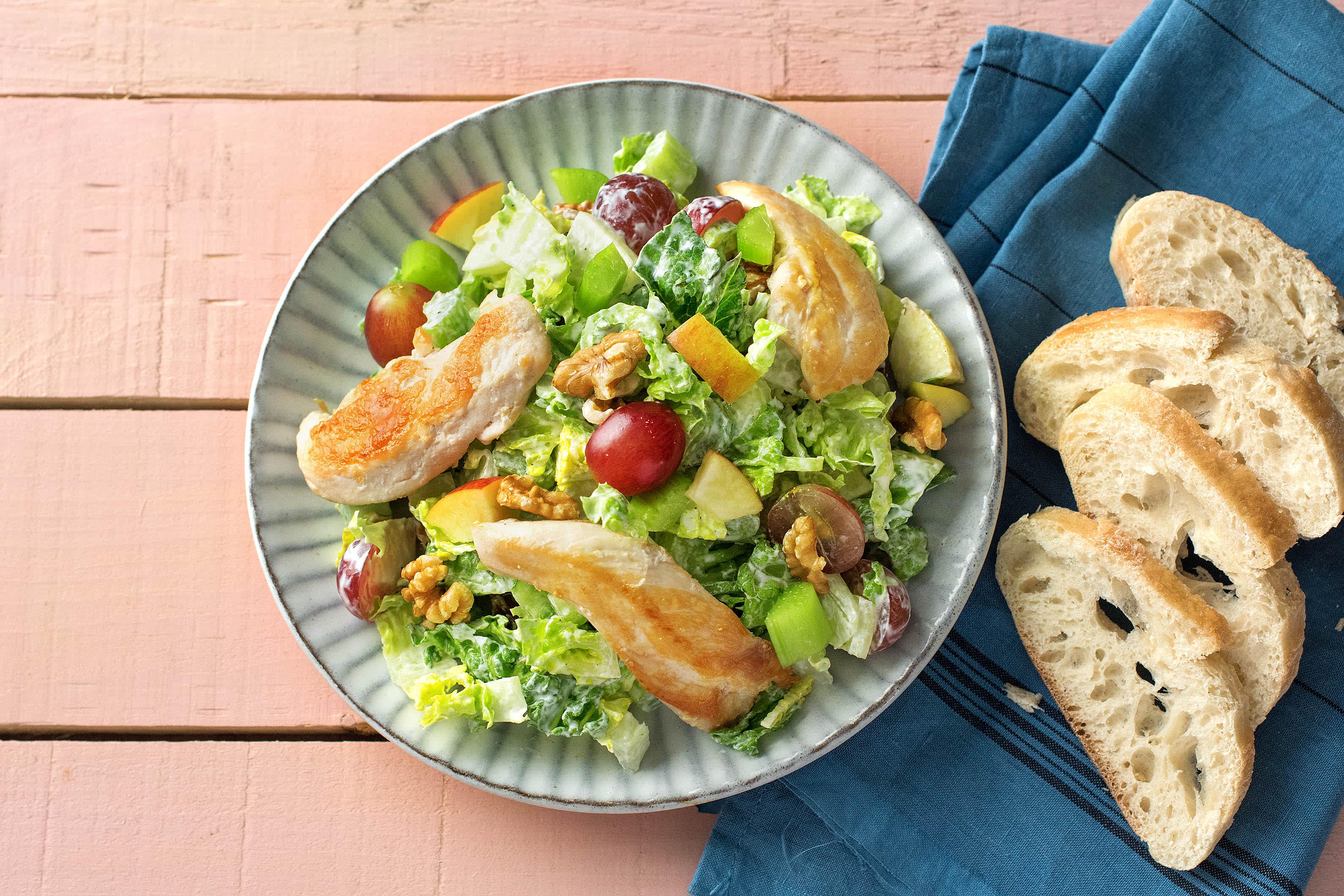 Waldorfsalat mit Trutenbrustfilets und knusprigem Baguette