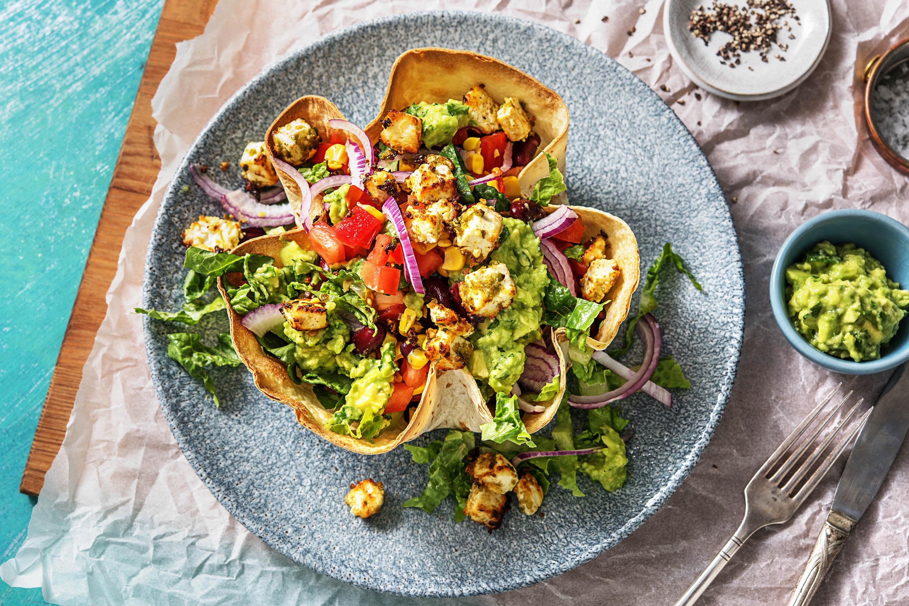 Würziger Tex-Mex-Salat in Tortilla-Bowl