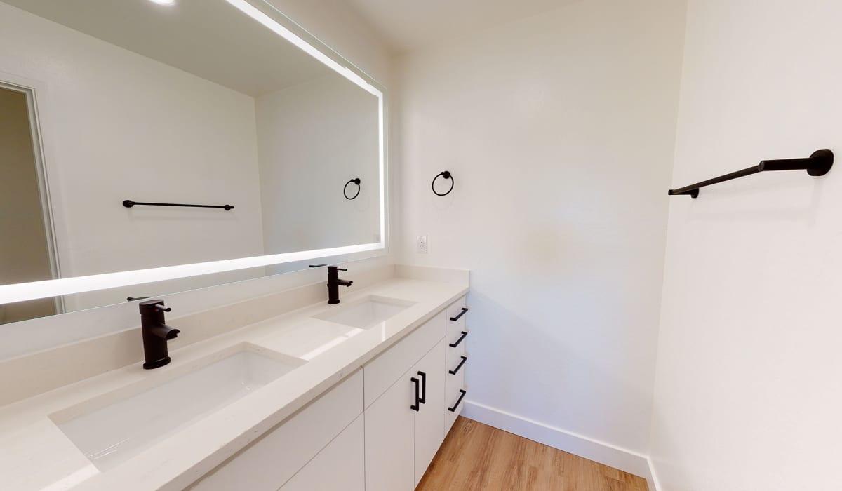 Verandas at Cupertino Apartment Bathroom