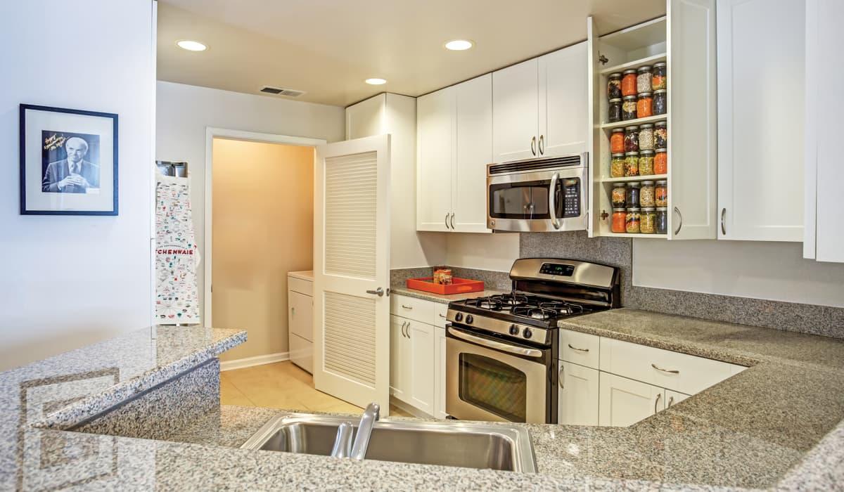 Metropolitan Apartment Kitchen & Laundry