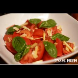 【ディナー限定】トマトと自家栽培バジルと燻製マイルドチェダーチーズのフレッシュサラダ