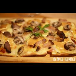 【ディナー限定】自家製ベーコンと燻製モッツアレラとキノコの四角いピザ