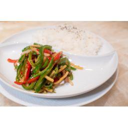 牛肉とピーマンの炒めのせご飯