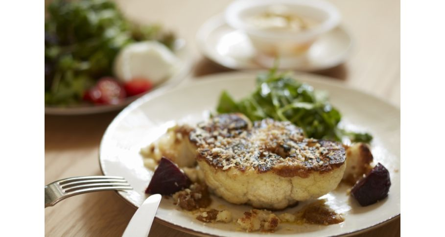 カリフラワーのステーキ リグーリア風胡桃のソース