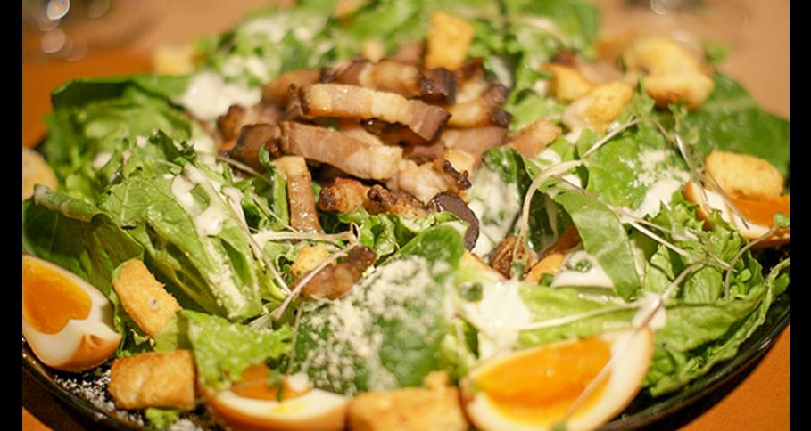 自家製ベーコン&燻製半熟タマゴのシーザーサラダ