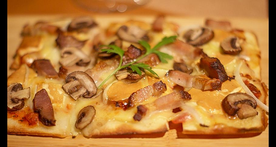 自家製ベーコンと燻製アジアーゴチーズとキノコの四角いピザ