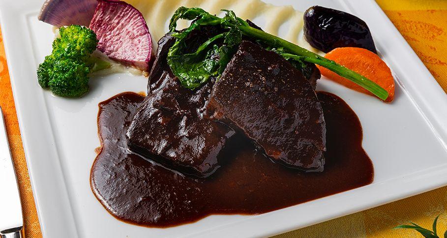牛ホホ肉の赤ワイン煮込み