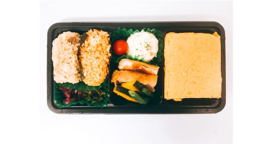 【O1】オムライス屋さんのだし巻き玉子&チキンソテー弁当<おにぎり>
