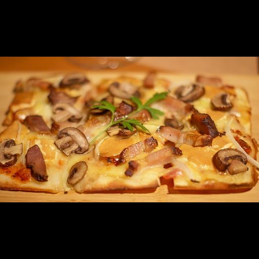 自家製ベーコンと燻製アジアーゴチーズとキノコの四角いピザ-0