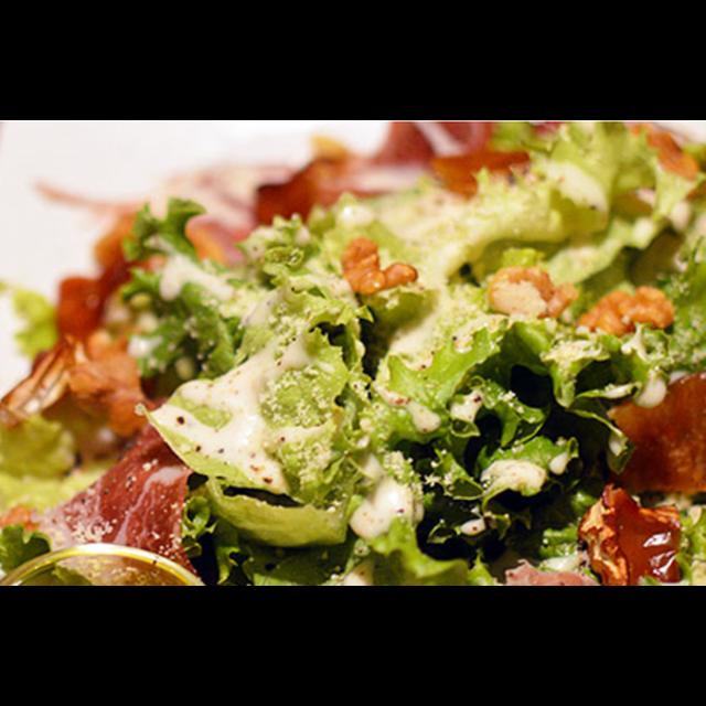 【ディナー限定】生ハム&燻製ブリーチーズ&燻製クルミのサラダ-0
