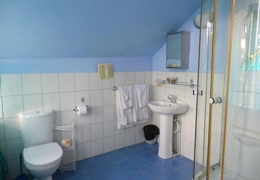 Heritage Inn's bathroom