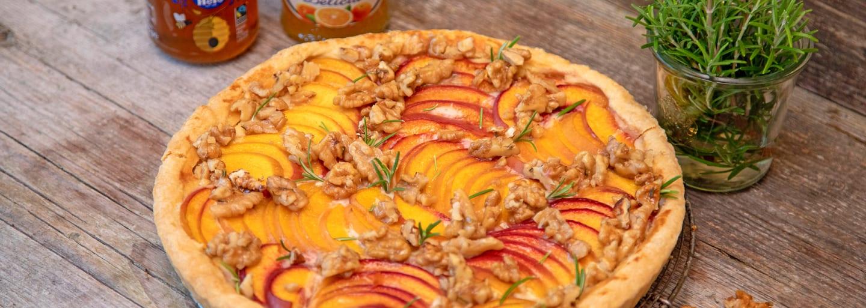 Tarte aux nectarines avec de la confiture Oranges amères Hero Delicia et du miel Hero.
