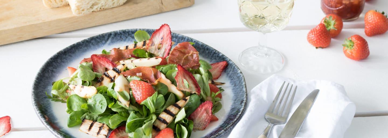 Ensalada italiana de espárragos y fresas blancas