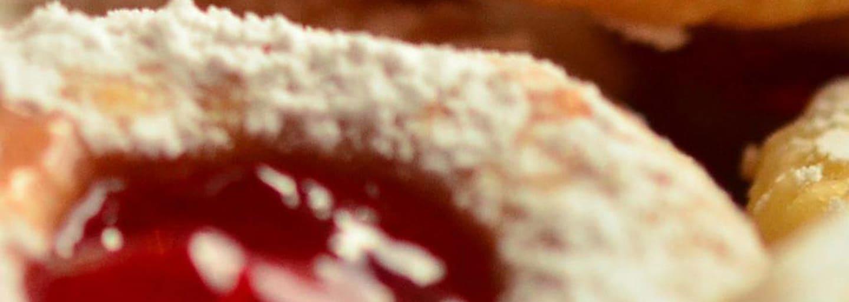 Biscotti di pastafrolla con confettura di ciliegie nere