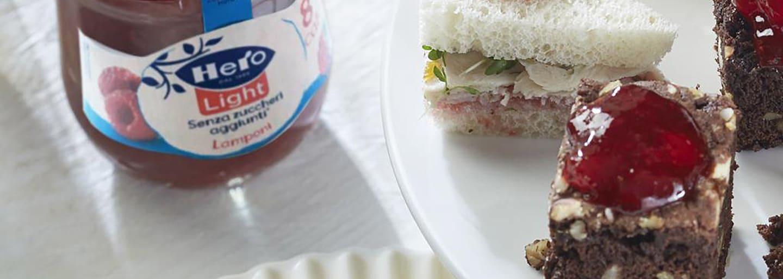 Brownies High Tea, sandwich e mini torta di marzapane con confettura Hero Light di Lamponi