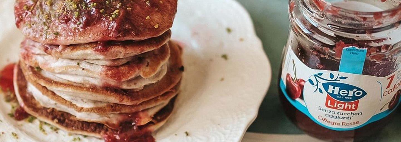 Pancake con confettura hero light alle ciliegie rosse