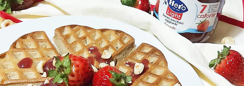 Waffle fit con confettura hero light alle fragole