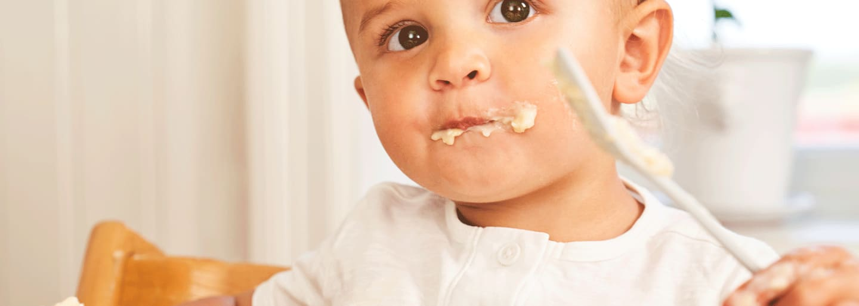 Barn äter mellis