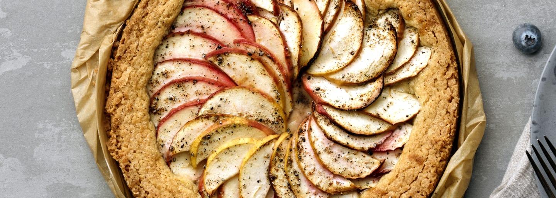 Glutenfri äppelkaka i form där äpplena ligger i ett vackert mönster