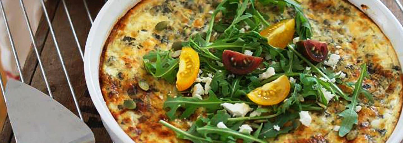 Glutenfri ädelostpajl, toppad med ruccola och tomater