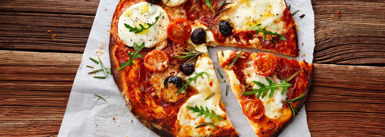 Glutenfri pizza med mozarella, oliver, ruccola och tomater