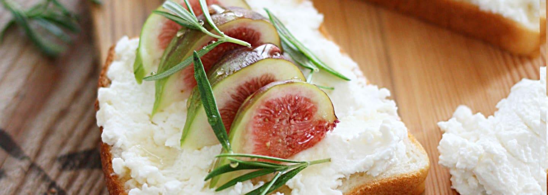 En glutenfri toast med fikon, ricotta och rosmarin