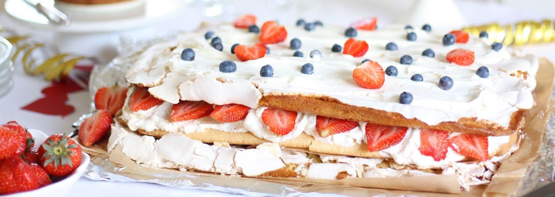 Glutenfri sommartårta med maräng, grädde & bär