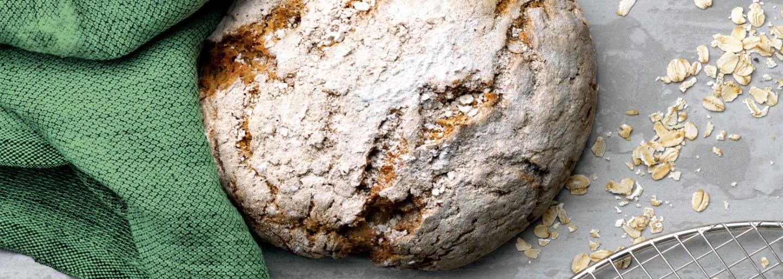Glutenfritt stort bröd med grön bakduk