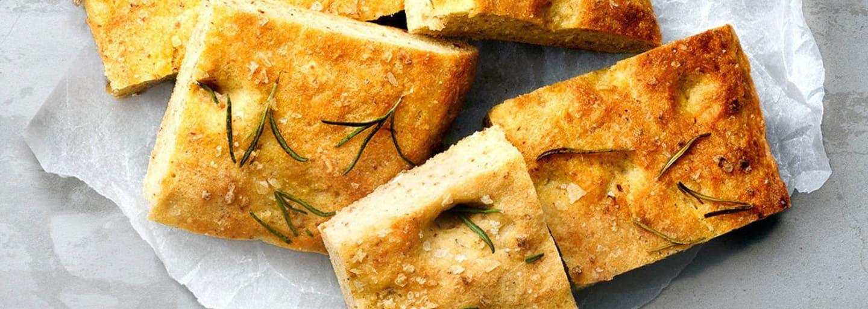 Glutenfri foccacia toppad med oliver, bakad med mix från Semper