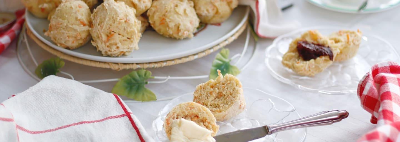 Glutenfria morotsfrallor med smör och sylt