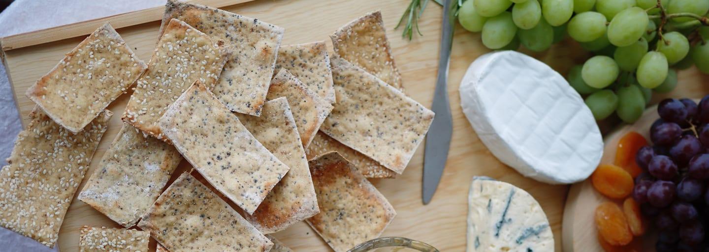 Hembakat och glutenfritt knäckebröd med tillbehör