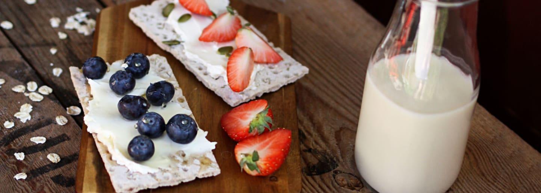 Gluteeniton välipala – näkkileipää ja marjoja