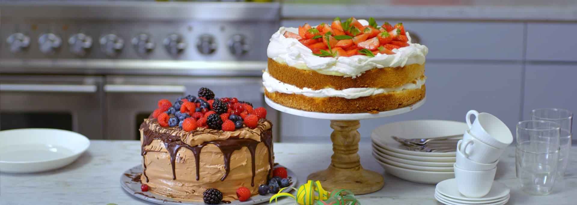 Glutenfri chokladtårta och glutenfri gräddtårta med jordgubbar