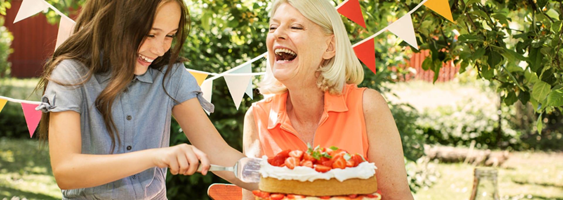 Tårtkalas i trädgården en solig sommardag