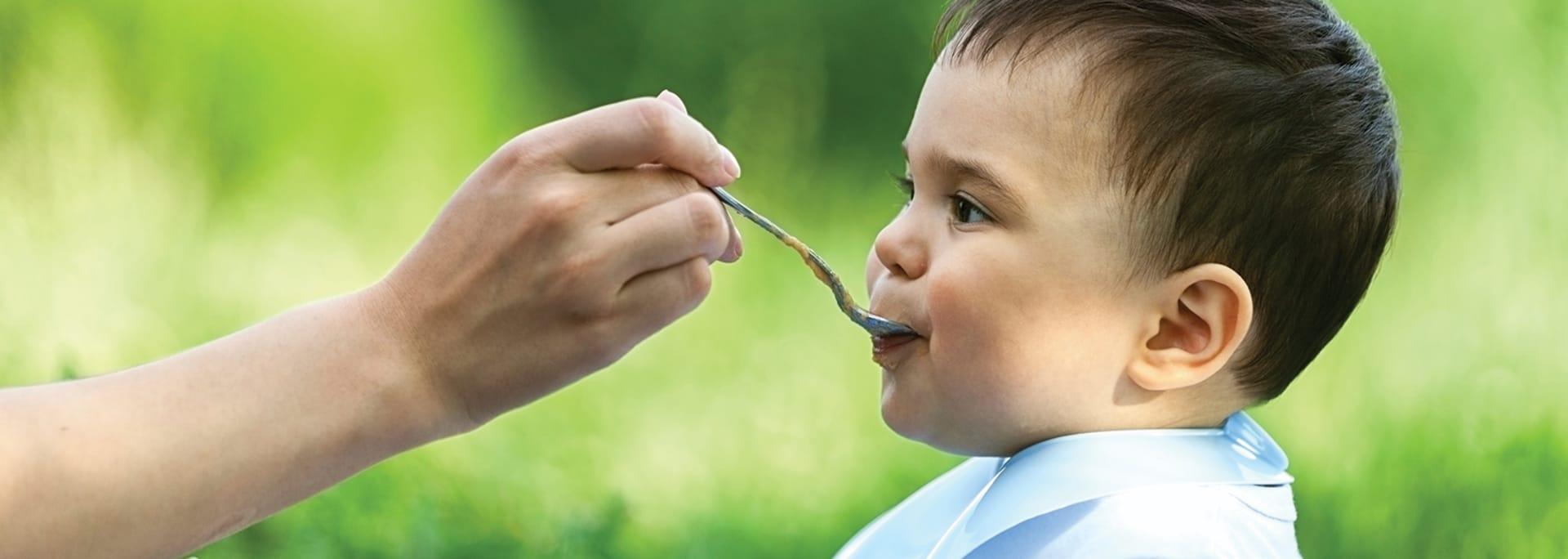 Bebis äter mat - från Semper Barnmat