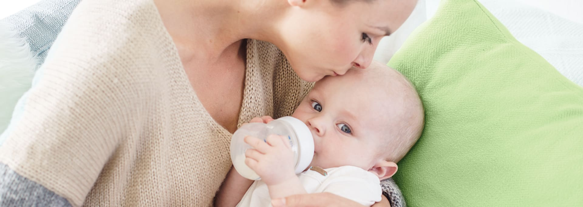 Header Baby - mother bottlefeeding baby
