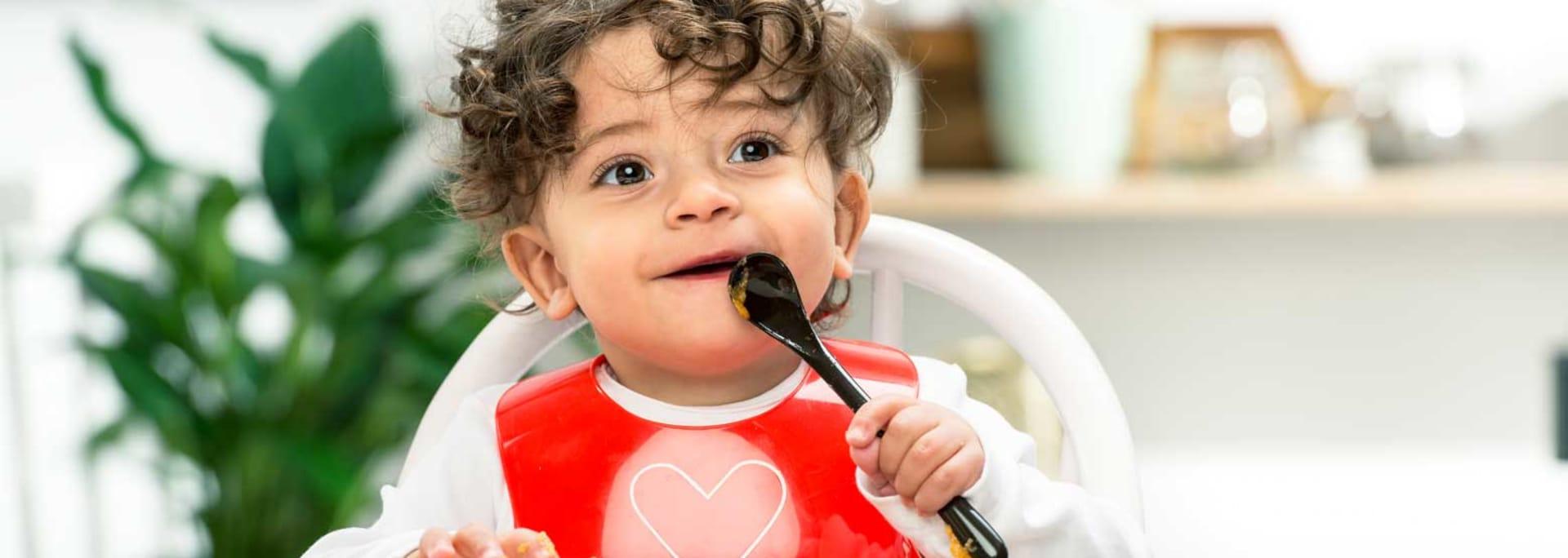 Barn spiser barnemat fra Semper