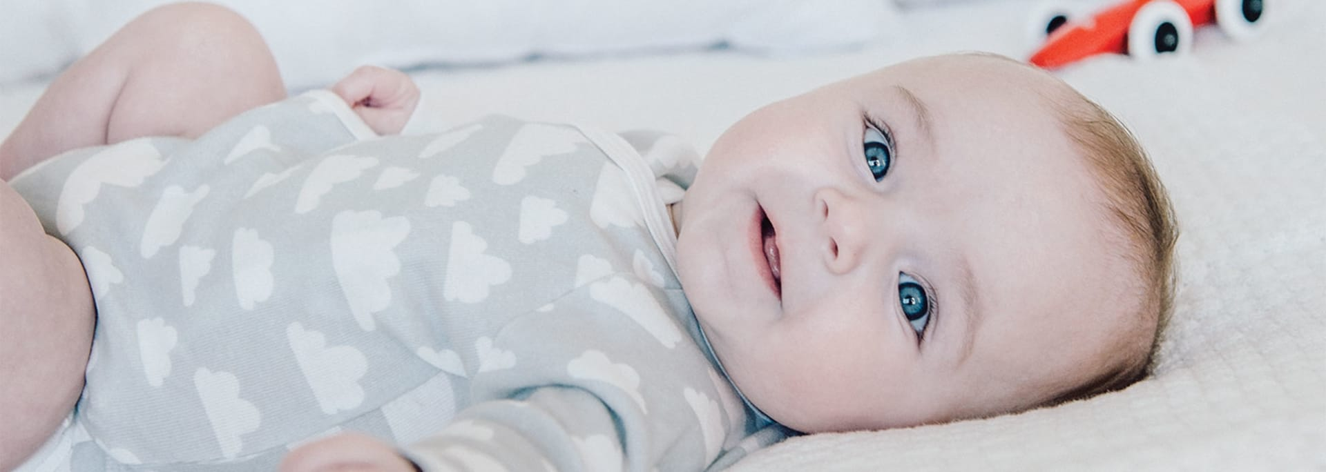 Bebis vilar på sängen